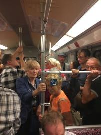 Pap en mam in de bomvolle metro op weg naar de volgende ontmoeting